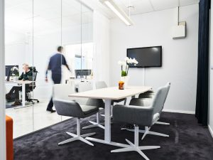 Höj- och sänkbart konferensbord