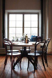 Restaurang bord och stolar